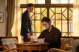連続テレビ小説『エール』第119回より。小山田からの手紙を読む裕一(窪田正孝)(C)NHK