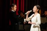 「長崎の鐘」は音(二階堂ふみ)がメインで歌い、裕一が指揮(窪田正孝)で共演(C)NHK