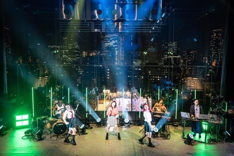 バンド、ダンサーとともに4曲を披露したyukaDD(;´∀`)