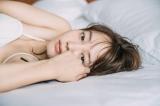 "NANAMI""添い寝風""カット  撮影:三瓶康友/NANAMI写真集「タイトル未定」(講談社)より"