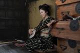 連続テレビ小説『おちょやん』三味線を弾く栗子(宮澤エマ) (C)NHK
