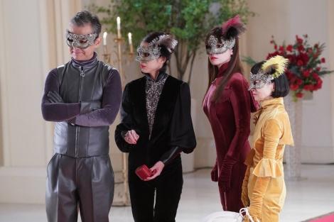 10日放送の木曜劇場『ルパンの娘』に出演する(左から)渡部篤郎、小沢真珠、深田恭子、どんぐり(C)フジテレビ