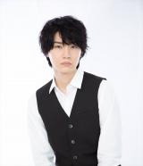 バーテンダーのヨシ(桜田通)=ABCテレビ・テレビ朝日で1月スタートの新ドラマ『3Bの恋人』(C)ABCテレビ