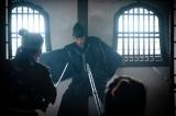 光秀(長谷川博己)に刺客たちの刃が襲いかかる=大河ドラマ『麒麟がくる』第35回(12月6日放送)より(C)NHK