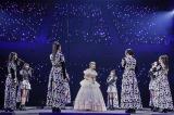 メンバーが涙ながらに宮本佳林を囲み「続いていくSTORY」を熱唱