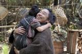 テルヲ(トータス松本)がお母ちゃんを連れてきたことを喜ぶ千代(毎田暖乃)=連続テレビ小説第103作『おちょやん』第1週・第2回(12月1日放送) (C)NHK