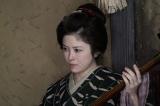 三味線を弾く栗子(宮澤エマ)=連続テレビ小説第103作『おちょやん』第1週・第2回(12月1日放送) (C)NHK