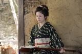 三味線を弾きながらお腹をさする栗子(宮澤エマ)=連続テレビ小説第103作『おちょやん』第1週・第3回(12月2日放送) (C)NHK