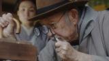 鋭い眼光で鶏を見極める峰岸社長(佐川満男)=連続テレビ小説第103作『おちょやん』第1週・第3回(12月2日放送) (C)NHK