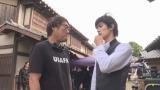 演出について話し合う田中光敏監督(左)と三浦春馬さん(右)(C)2020 「五代友厚」製作委員会