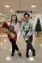 『姉ちゃんの恋人』クランクアップを迎えた(左から)小池栄子、スミマサノリ