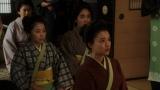 左から、岡田シズ(篠原涼子)、玉(古谷ちさ)、節子(仁村紗和)、竹井千代(杉咲花)。岡安・座敷にて。借金取りからあることを聞く千代たち=連続テレビ小説『おちょやん』第4週・第18回(12月23日放送) (C)NHK