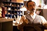 名作照明を集めた専門店の店長役で古舘寛治が出演(C)NHK