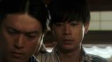 千之助が書いた紙を見る一平たち=連続テレビ小説『おちょやん』第4週・第19回(12月24日放送) (C)NHK