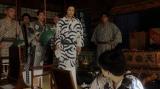 あることを一平に言う須賀廼家天晴(渋谷天笑)=連続テレビ小説『おちょやん』第4週・第19回(12月24日放送) (C)NHK