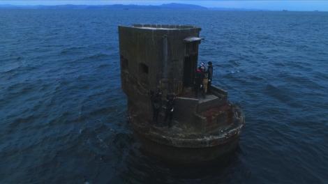 東京湾にポツンと立つ軍事機密施設に立つ城島茂&桝太一アナウンサー