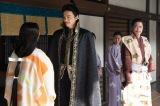 大河ドラマ『麒麟がくる』第38回より。信長からもらったバテレンの服を着た明智光秀(長谷川博己)(C)NHK