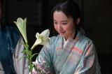 大河ドラマ『麒麟がくる』第38回より。三淵藤英から生花の手ほどきを受けるたま(芦田愛菜)(C)NHK
