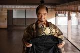 信長(染谷将太)はバテレン(カトリックの宣教師)の土産物を光秀に譲る=大河ドラマ『麒麟がくる』第38回より(C)NHK