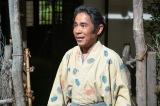 光秀との再会を喜ぶ菊丸(岡村隆史)=大河ドラマ『麒麟がくる』第38回より(C)NHK