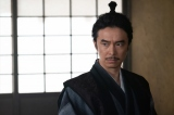 駒と話をする明智光秀(長谷川博己)=大河ドラマ『麒麟がくる』第38回より(C)NHK