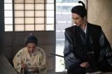 信玄の病死を知らせてくれたのは菊丸(岡村隆史)だったと気づく光秀(長谷川博己)=大河ドラマ『麒麟がくる』第38回より(C)NHK