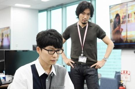 TBS系新春スペシャルドラマ『逃げるは恥だが役に立つ ガンバレ人類!新春スペシャル!!』に出演する星野源、青木崇高 (C)TBS