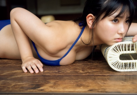 『週プレPREMIUM 2020下半期グラビア傑作選』に登場する沢口愛華(C)YOROKOBI/週刊プレイボーイ