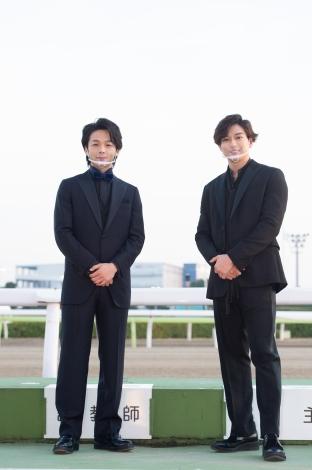 東京大賞典が行われた大井競馬場に登場した(左から)中村倫也、新田真剣佑