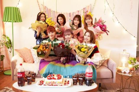 NiziU出演「コカ・コーラ」新CMでMAYUKA(前列中央)の誕生日サプライズも