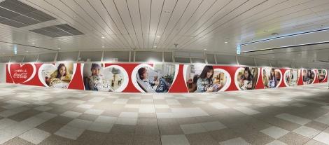 新宿に4日から掲出される全長35メートルの巨大広告