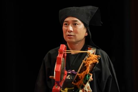 連続テレビ小説『おちょやん』語り・黒衣役の桂吉弥(C)NHK