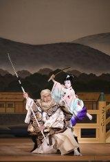 『橋弁慶』(左から)武蔵坊弁慶=市川海老蔵、牛若丸=堀越勸玄 (C)松竹