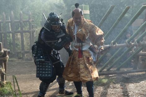 光秀(長谷川博己)、信長(染谷将太)=大河ドラマ『麒麟がくる』第39回より(C)NHK