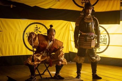 織田信長(染谷将太)、羽柴秀吉(佐々木蔵之介) =大河ドラマ『麒麟がくる』第39回より(C)NHK