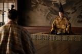 三条西実澄(石橋蓮司)は、もはや帝(坂東玉三郎)さえもないがしろにする信長の態度を危険視する=大河ドラマ『麒麟がくる』第39回より(C)NHK