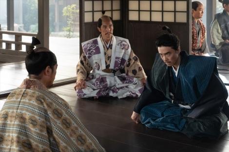 光秀(長谷川博己)の元にやってきた信長は、一方的で無茶な要求を繰り返す=大河ドラマ『麒麟がくる』第39回より(C)NHK