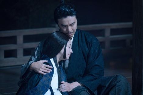 高熱で倒れた光秀の回復を祈っていた妻・煕子(木村文乃)だったが…=大河ドラマ『麒麟がくる』第39回より(C)NHK