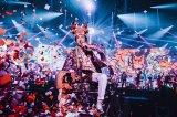 桑田佳祐が「嵐」と書かれたヅラをかぶって盛り上げたサザンオールスターズの年越しライブ Photo by 西槇太一