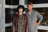 竹内涼真(右)主演ドラマ『君と世界が終わる日に』の主題歌を担当する菅田将暉