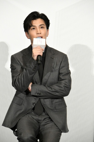 映画『名も無き世界のエンドロール』完成披露舞台挨拶に登壇した岩田剛典
