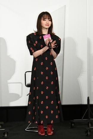 映画『名も無き世界のエンドロール』完成披露舞台挨拶に登壇した山田杏奈