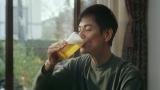 おいしそうにビールを飲む沢村一樹。「うまいものと飲みたーーい」篇より
