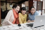 (左から)タエ子(松坂慶子)、孫娘のみずき(横溝菜帆)、娘の夏希(杏)=ドラマ『おもひでぽろぽろ』BSプレミアム/BS4Kで1月9日放送 (C)NHK