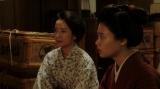 左から、薮内清子(映美くらら)、竹井千代(杉咲花)。 三楽劇場・楽屋にて。千鳥にあることを提案する千代と清子=連続テレビ小説『おちょやん』第6週・第26 回より (C)NHK