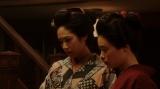 左から、若崎洋子(阿部純子)、竹井千代(杉咲花)。 カフェーキネマ・店内にて。進太郎(又野暁仁)からある芝居を見たいと言われ、困る千代たち=連続テレビ小説『おちょやん』第6週・第26 回より (C)NHK