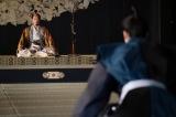 織田信長(染谷将太)と話をする明智光秀(長谷川博己)=大河ドラマ『麒麟がくる』第40回より (C)NHK