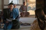 帰蝶(川口春奈)と話をする明智光秀(長谷川博己)=大河ドラマ『麒麟がくる』第40回より (C)NHK