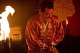 信貴山城で自害する松永久秀(吉田鋼太郎)(C)NHK