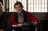 大河ドラマ『麒麟がくる』第40回(1月10日放送)より。松永久秀(吉田鋼太郎)が抱えているのが「古天明平蜘蛛(こてんみょうひらぐも)」(C)NHK